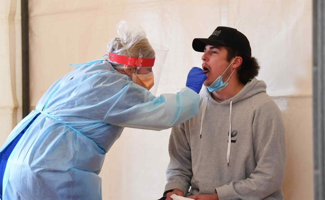 Un trabajador de la salud realiza una prueba a un paciente en un centro de pruebas de Covid19 en el Kilmore Memorial Hall en Kilmore, Victoria (Australia). EFE/EPA/JAMES ROSS