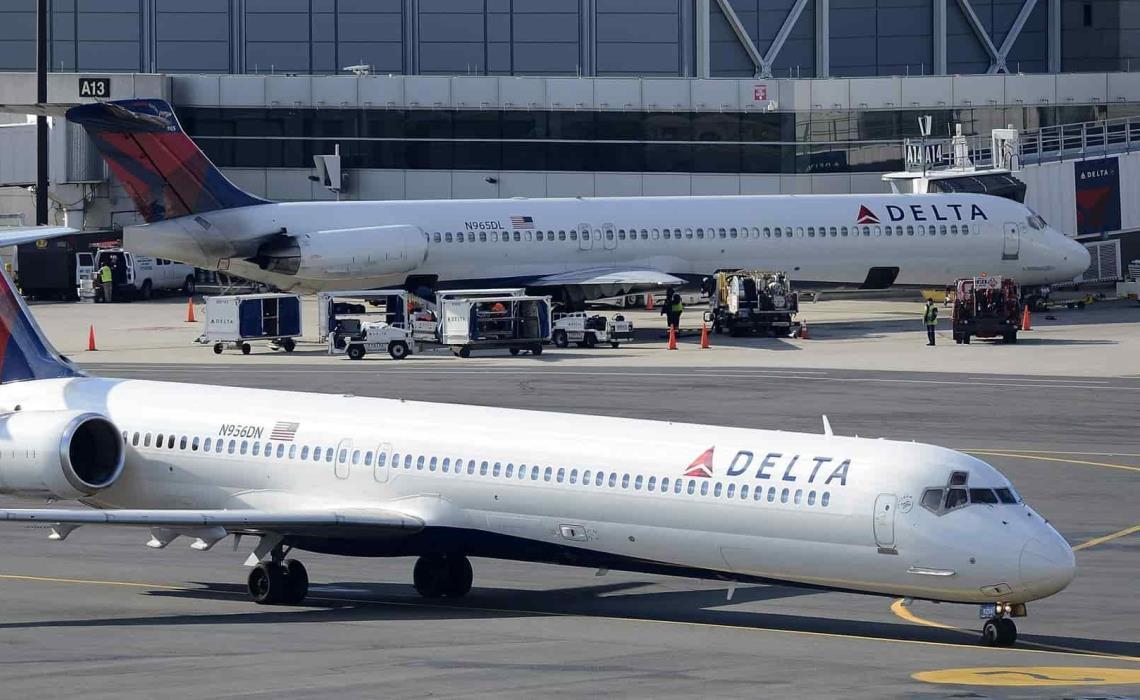 Dos aviones de la aerolínea estadounidense Delta permanecen en la terminal A del aeropuerto Logan de Boston, EEUU. EFE/Cj Gunther/Archivo